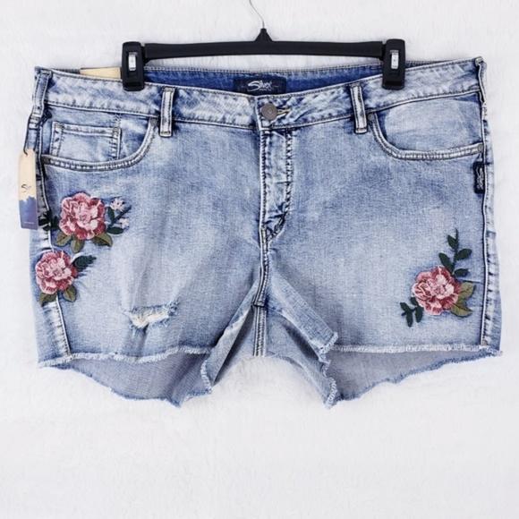 e05f5f340a9d4 Silver Jeans Women Aiko Shorts Size 20 - NWT